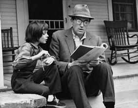 Gregory Peck e Mary Badham nel film Il buio oltre la siepe