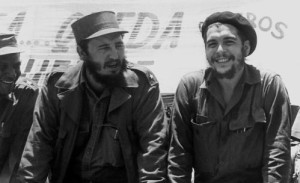 """Das Archivbild vom 21. August 1960 zeigt Kubas MinisterprŠsidenten Fidel Castro und Ernesto """"Che"""" Guevara, damals PrŠsident der kubanischen Nationalbank, bei einer MilitŠrparade. Nach Ches Tod am 9. Oktober 1967 sind verschiedene Biographien Ÿber den lateinamerikanischen RevolutionŠr erschienen. dpa nur s/w (zu dpa-Korr: """"Che Guevara ist auch 30 Jahre nach seinem Tod noch aktuell"""" vom 03.11.1997)"""