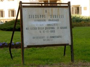 Milano_-_Piazza_Fontana_-_Targa_Giuseppe_Pinelli_Anarchici
