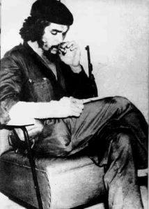 Guevara legge e fuma