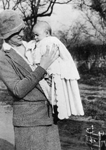 Il piccolo Che in braccio alla madre.