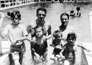 Ernesto, Celia, Ana Maria e Roberto in piscina con i genitori.