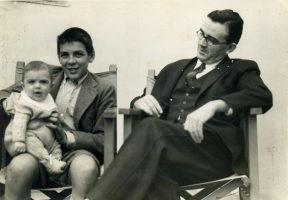 Ernesto con il padre e in braccio Juan