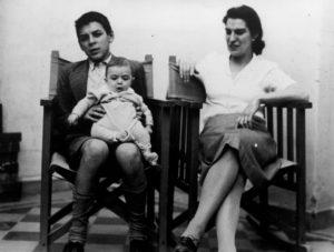 Ernesto con la madre e in braccio Juan1943