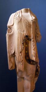 Statue de kor en marbre de Paros. Le bras gauche Žtait attachŽ sŽparŽment. Le dŽcor polychrome est bien prŽservŽ sur les bordures du vtement. Fin du VIe sicle av. J.-C. MusŽe de l'Acropole, 594.